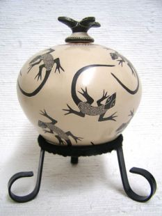 Mata Ortiz Handbuilt and Handetched Lidded Pot with Lizards